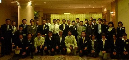 パネリストの畠山、安部宮城県議会議員、武内参議院議員、中谷衆議院議員を囲んでフォーラム実行委員会のメンバーで記念撮影。