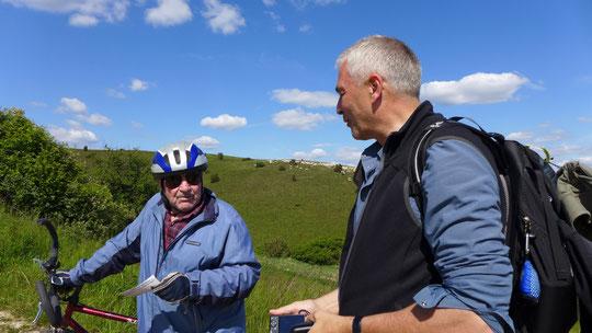 Martin erklärt einem 78-jährigen Mountainbikefahrer am Berg wie verrückt der Wandermatze ist und versorgt Ihn mit dem obligatorischen Flyer.
