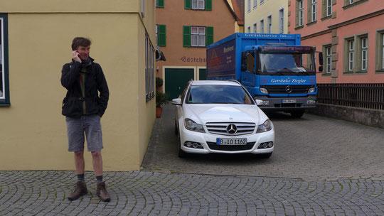 """Hans Wilhelm organisiert, das in Bonn ein Schild """"wegen eines Lehrgangs heute geschlossen"""" an seiner Firmentür angebracht wird. Den Lehrgang hat er auf 34 km zwischen Dinkelsbühl und Maihingen besucht und mit Bravour bestanden. Bester Lehrgangsteilnehmer"""