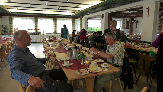 Frühstück unter Extrembedingungen, der Rest von 60 Japanern am Nebentisch