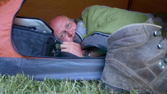 Wandermatze ist müde und genießt die Zeltübernachtung