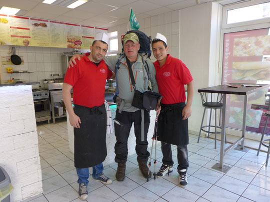 """Nudeln und Salat für den """"Verrückten"""". Danke Jungs!!"""
