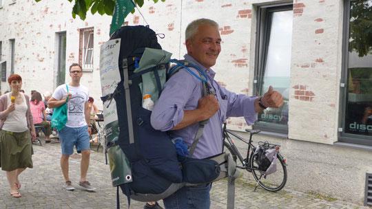 Endlich, wenn auch nur für 300 m bis zum Auto, mein Rucksack WIRD getragen, Danke Martin. Da hab ich mal gesehen wieviel Menschen sich umdrehen, wenn Sie das Transparent sehen...
