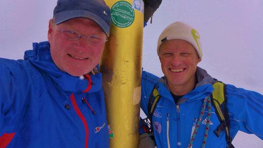 Und schon stehen wir im Graupelschauer am Gipfelkreuz, dank Michaels Topjob, der Mann weiß wirklich was er tut. Ist am Tag zu vor schon mal auf dem Grat gewesen um die Verhältnisse besser einschätzen zu können. Danke !!!!ich hatte absolutes Vertrauen