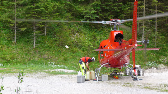 Der Helkopter von Heli Tirol landete vor meinen Augen auf dem Weg. Unglaubliche Toppiloten, Abstand Rotor Fels kein Meter. Besonders beruhigend für mich , Sie fliegen mein Feierabendbier zur Knorrhütte :-)