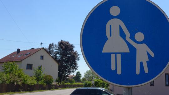 In Bayern darf man teilweise nur an der Hand durch die Ortschaften, hat ewig gedauert bis ich eine Frau dafür gefunden