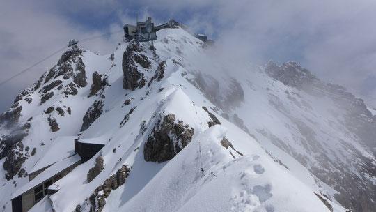 Nur noch ein paar Meter geradeaus, die Aufbauten der Zugspitze sind schon deutlich zu sehen