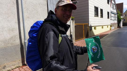 Als begeisterter Spiekeroogurlauber trägt Eberhard gerne die Spiekeroogflagge ein Stück Richtung Zugspitze ...