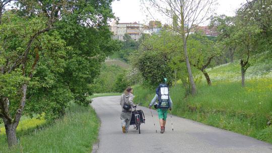 Ein Radfahrer geht ein Stück mit und erzählt mir was über seine Stadt Rothenburg ob der Tauber