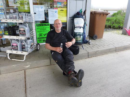 Cola light-Pause auf ner Tankstelle am Start des Hermannsweges