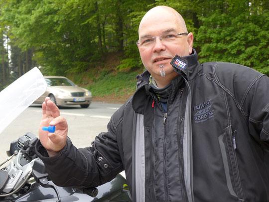 """Ein wichtiges Ersatzteil (Mundstück fürsbTrinksystem) wird von Motorradkurier Matthias an die """"Rennstrecke"""" gebracht"""