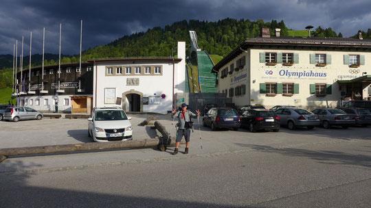 Nach ca. 1495 km am Olympiastadion in Garmisch-Partenkirchen, in das Stadion einzuwandern war kein ganz schlechtes Gefühl :-)