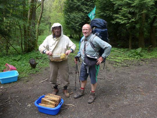 Den Imker haben wir im Wald getroffen. Er hat grad Waldhonig geerntet