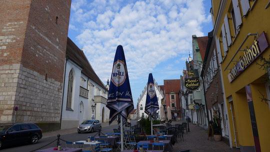 Morgens um 8 in Bayern beim verlassen des Gasthofes, in solchen Momenten müßte man mich schon andübeln um mich am loslaufen zu hindern