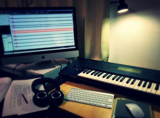 金子忍の音楽制作用デスク。i-Mac、キーボード、演劇台本。