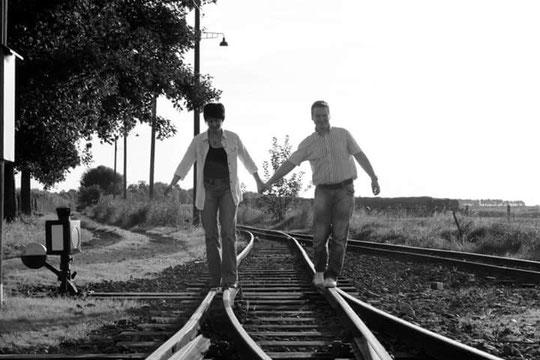 Bild: Paar auf Schienen