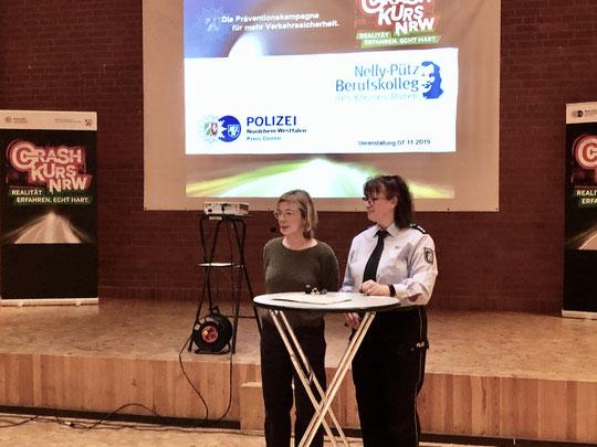 Schulleiterin Kerstin Rutwalt-Berger (li.) stellt die besondere Bedeutung für die Verkehrssicherheit deutlich heraus