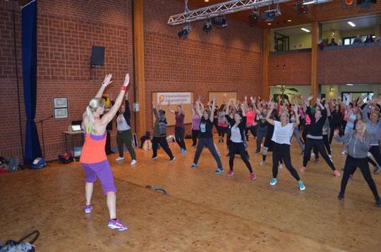 Große Attraktion für viele: Heiße beats & coole moves machen das Pädagogische Zentrum zum Zumba-Center