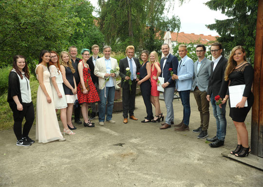 Die 15 glücklichen Absolventen 2016 mit ihren Lehrern (weiße Rosen) Rainer Gerber (li.) und Rainer Valder (re.), Foto: Claudia Coenen