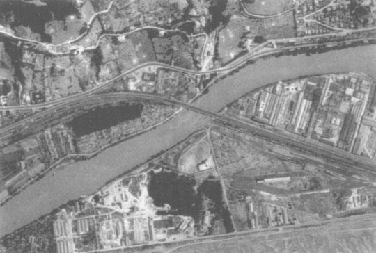 Vue aérienne de Saint-Martin le Vinoux après le bombardement. Tous les points blancs sont des cratères causés par les obus.