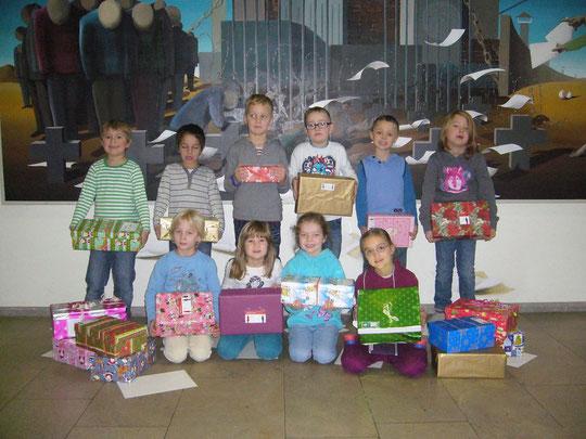 Im Bild einige Kinder der Klasse 1b, die stolz die Päckchen präsentieren.