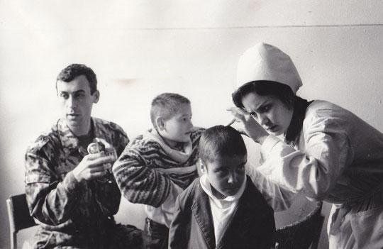 Медики 201-й осматривают детей и оказывают им необходимую помощь.