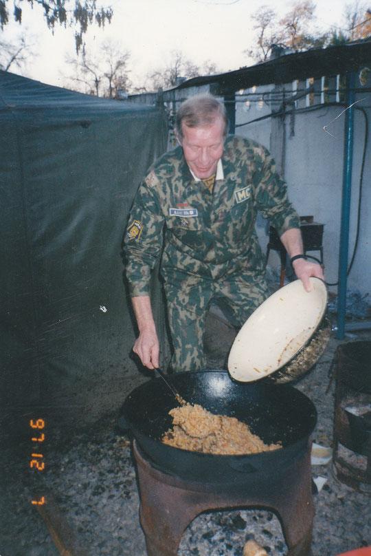 Полковник Ю.Пузырев готовит плов для гостей редакции.