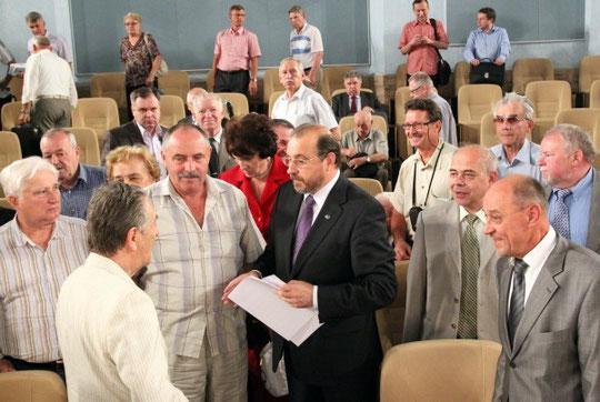 На фото в центре - председатель комиссии ОП РФ А.Н.Каньшин, за ним справа - В.Н.Крюков