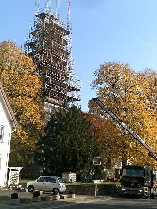 Hiddenhausen St. Gangolf Kirche. Einrüstung des Kirchturms und Stellung eines Lastenaufzuges.