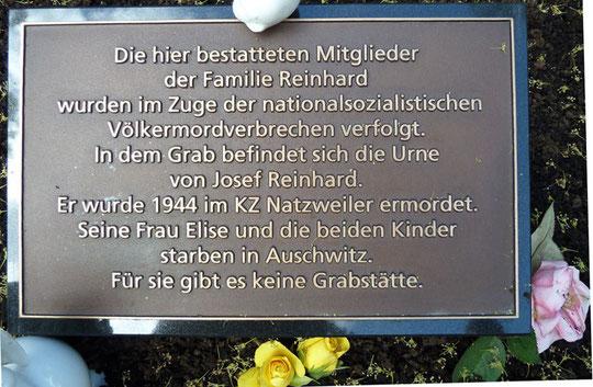Erklärende Inschrift auf dem Grab mit der Urne von Josef Reinhard in Burladingen, Foto: Manuel Werner, alle Rechte vorbehalten!