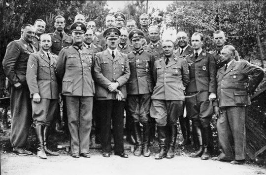 Dr. Karl Brandt (hinten, Dritter von links), 1940, Wikimedia Commons,  Bundesarchiv, Bild 183-R99057. Lizenz:  Creative Commons Attribution-Share Alike 3.0 Germany