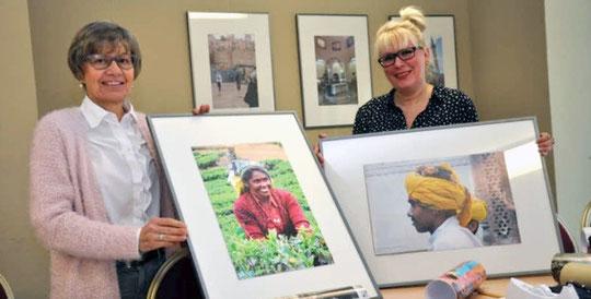 SVZ 06.04.2016 Verena Ziegler (l.) und Andrea Weinke-Lau hängen die Bilder für eine neue Ausstellung in Groß Laasch auf.