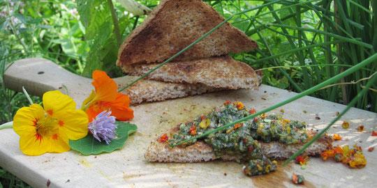 Basilikum-Kapuziner-Kresse auf Toast