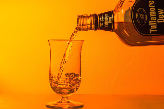 グラスにお酒を注ぐ