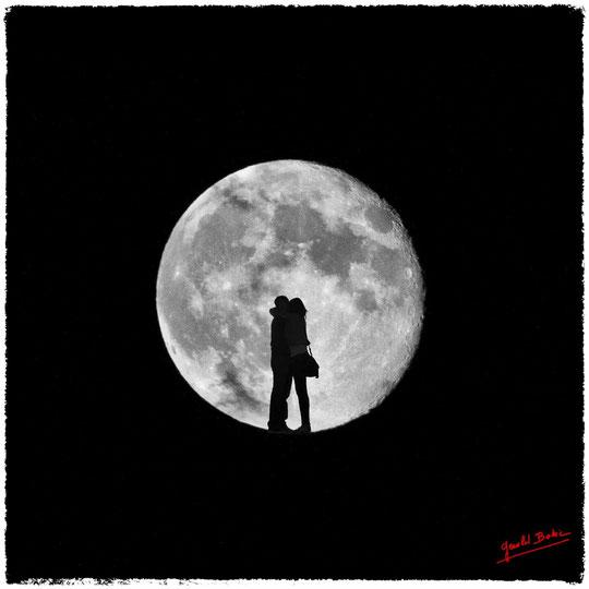 Pleine lune , un couple s enlace