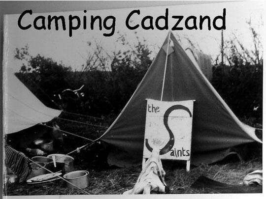 Op vakantie in Renesse en Cadzand speelden The Saints op de camping en het strand. In Cadzand met toestemming van het gemeentebestuur op een avond in de duinen.