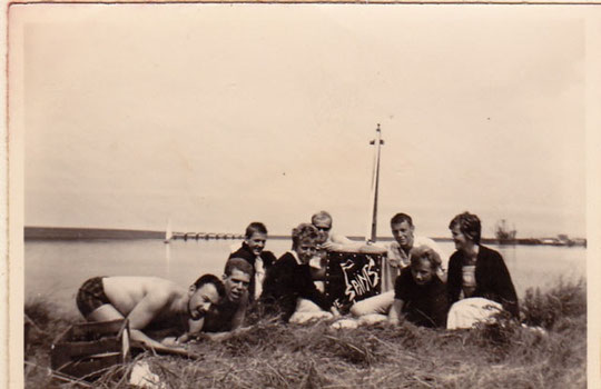 The Saints fietsten met instrumenten en tent achterop naar Dinteloord, omdat ze mochten spelen op de Muzafeesten. en streken neer aan Het Dintels Sas om er te kamperen.