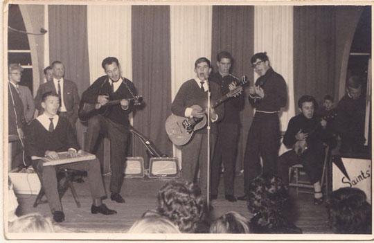 """Ze werden ook uitgenodigd deel te nemen aan de Amilto feesten in de veehallen met o.a. het Limburgse zangduo De Selveras, beroemd met """"Twee reebruine ogen"""" en Ria Valk bekend van """"Rocking Billy"""""""