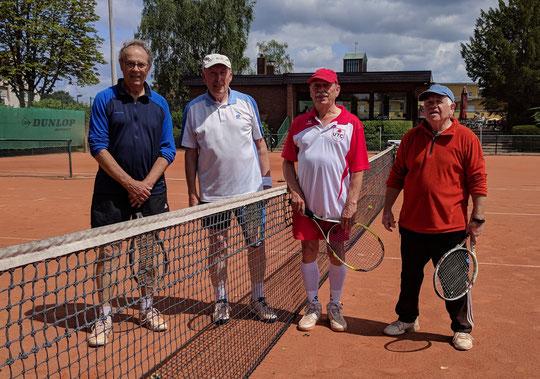 Mal wieder gemeinsam im Einsatz: Willi Limberg und Theo Damann hielten das Spiel gegen die Doppelspezialisten aus Unterbarmen lange Zeit offen. Kurios: Der Schläger von Willi Begalke (rechts) lässt es etwas an der Symetrie fehlen...
