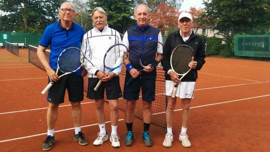 Alfred und Didi (in Schalke-Blau) siegten mit 6:3 und 7:6 gegen Fred und Günter.