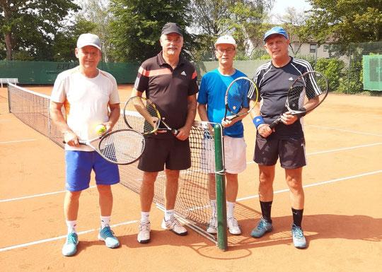 Den Meistertitel im Herren-Doppel holten sich Raimund Behler und Dieter Mathiszik (rechts) mit 6:3 und 6:4 gegen Norbert Kruggel und Peter Hentschel.