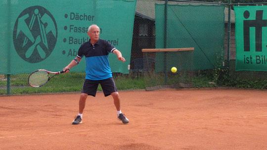 Günni Schumacher legte mit seinem 10:8-Erfolg im Matchtiebreak den Grundstein für das wichtige Unentschieden der 1. H70 bei Meiderich 06.