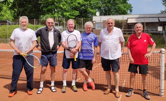 Debüt gelungen: Peter Bielarczek (3. vl) und Rolf Bigalke (2. vr) gewannen ihr Doppel im Matchtiebreak...