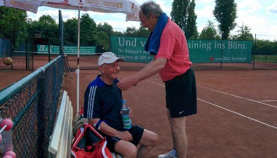 Günni und Willi haben nach dem Spiel gut lachen...