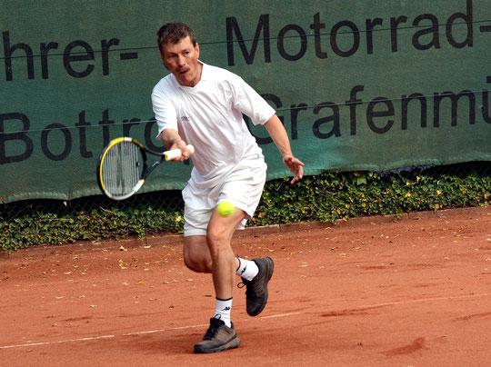Raimund Behler ließ dem fünf Leistungsklassen höher positionierten Hans-Georg Göddertz beim 6:0, 6:2 keine Chance.