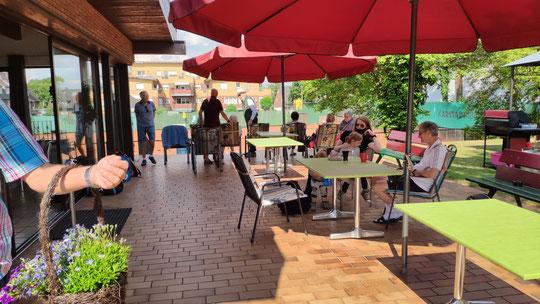 Auf unserer Clubterrasse lässt es sich auch bei warmem Wetter gut aushalten...