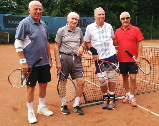 Recht entspannt zeigten sich die Endspielteilnehmer Sigi Lasak, Werner Ridder, Rolf Sperling und Manni Brackhagen vor dem großen Doppel-Finale...