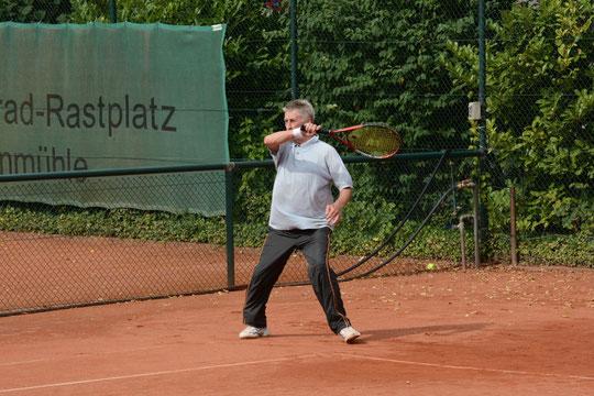 Hans Asch siegte in einem umkämpften Spiel mit 6:3 und 6:3