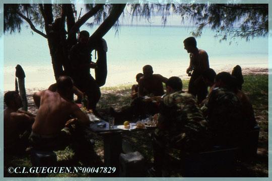 Nos Militaires au bord  de la Plage d'Ouvéa...