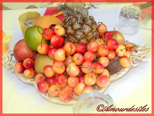 Belle coupe de fruits d'été : cerises, ananas, pommes, citron...